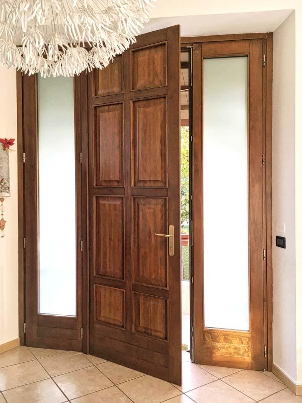 Portoncino ingresso in legno e vetro antisfondamento